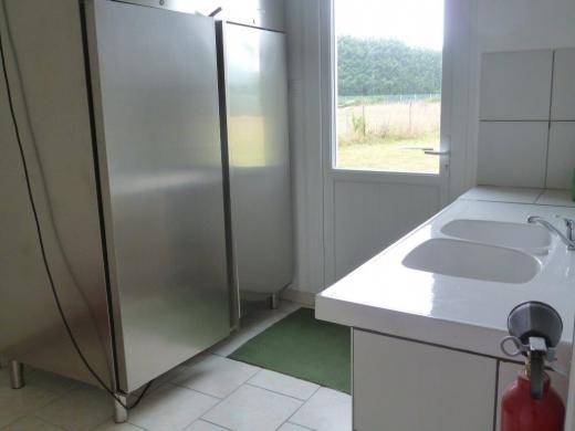 Arrière-cuisine avec armoire froide